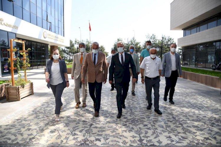 Vali Seymenoğlu Isparta Ticaret ve Sanayi Odası ile Isparta Ticaret Borsası'nı ziyaret etti.