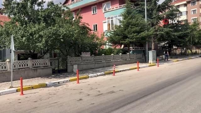 Komşularına kızan kadın evinin önüne pankart astı